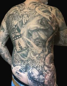 Mad_Science_Tattoo_Den_Haag_Leslie_Reesen_rugstuk_backpiece_blackandgrey_realisme_gezicht_uil_owl