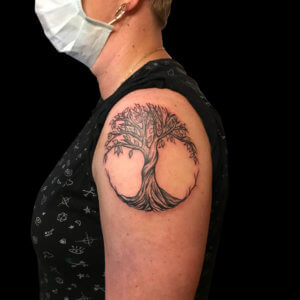 Bee-mad-science-tattoo-den-haag-tree-of-life-arm-leaf