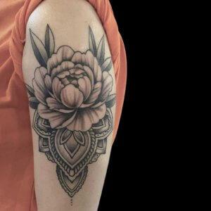 Bloem en mandala op bovenarm