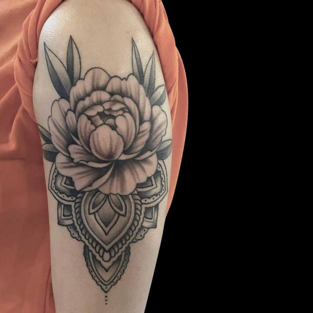 Mandala en bloem op bovenarm