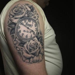 realistische klok en rozen